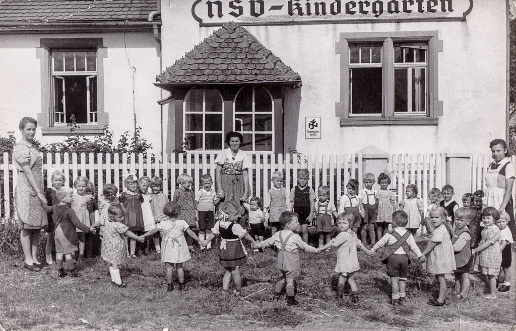 Kinder vor dem NSV-Kindergarten, ca. 1944-1945