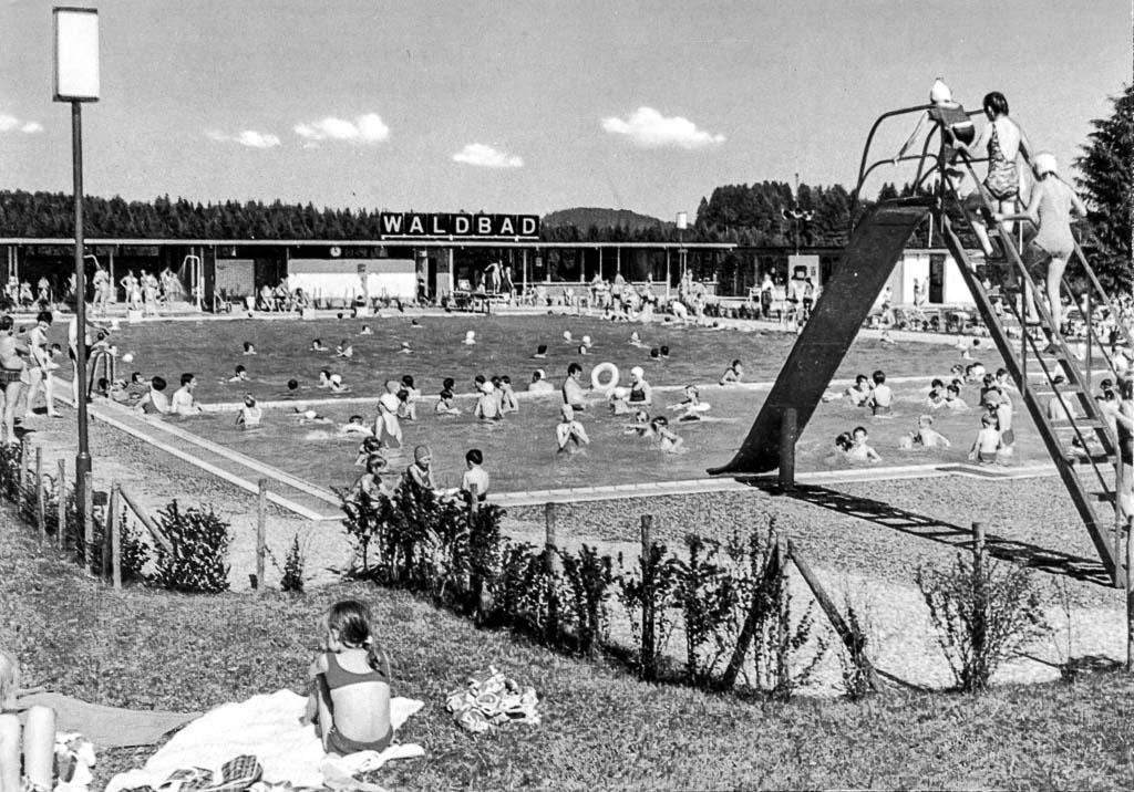 Waldbad mit Kinderutsche, ca. 1980