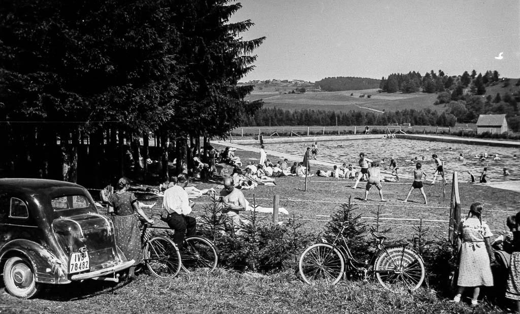 Zaungäste am Waldbad, ca. 1935