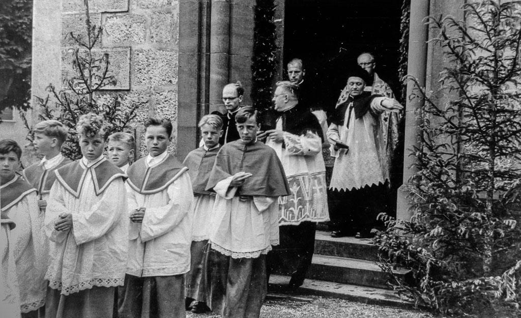 Ministranten und Stadtpfarrer Weickhardt am Kirchenportal, ca. 1954-1958