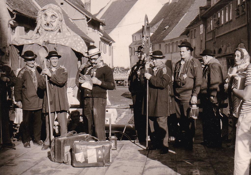 Narrenrat auf der Fasnachtsbühne in der Kirchstraße, ca. 1958