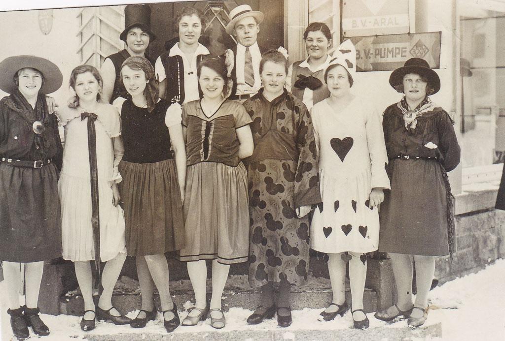 Narrengruppe vor dem Haus Guth am Rathausplatz, ca. 1925-1930