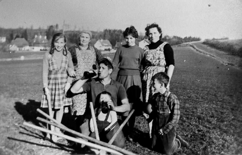 Familie Wehrle bei Grabungsarbeiten am Reichberg, 1959