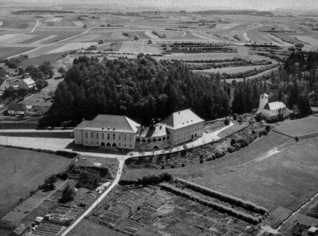 Luftbild in Richtung Schule, Festhalle und evangelische Kirche, ca. 1955-1960