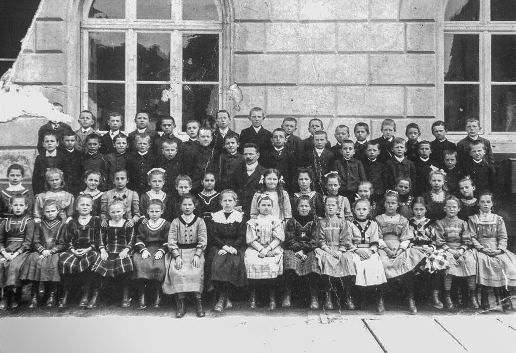 Zwei Schulklassen der Jahrgänge 1901/02 mit Lehrer Steidlinger vor dem Rathaus, ca. 1910