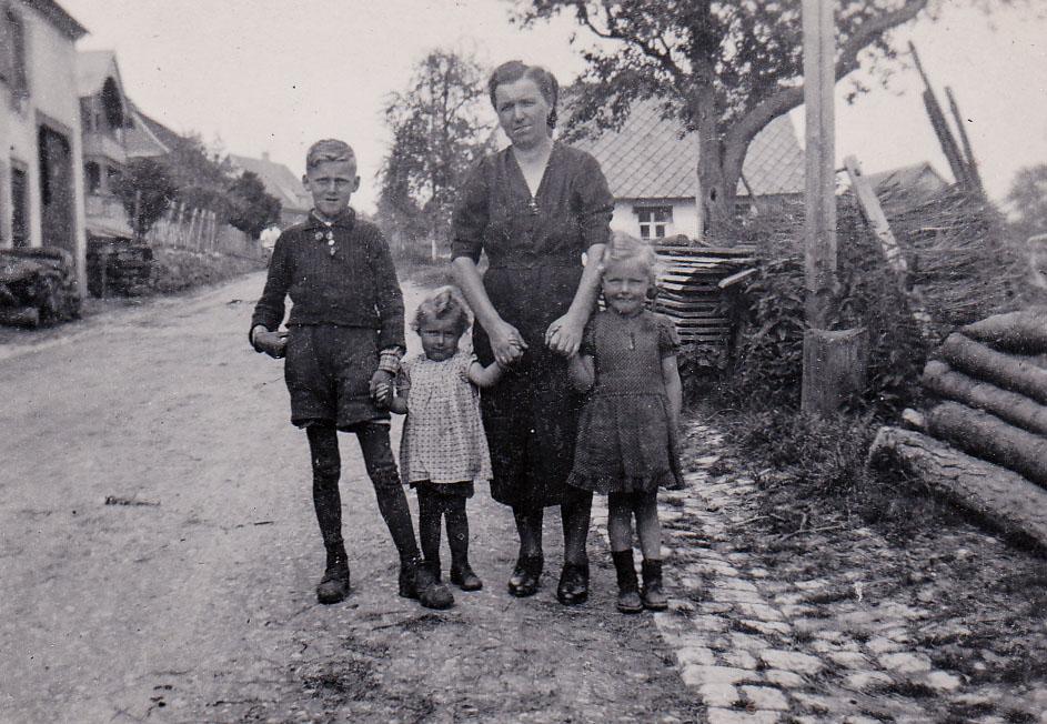 Hilda Hepting mit Kindern in der Dittishauser Straße, ca. 1950