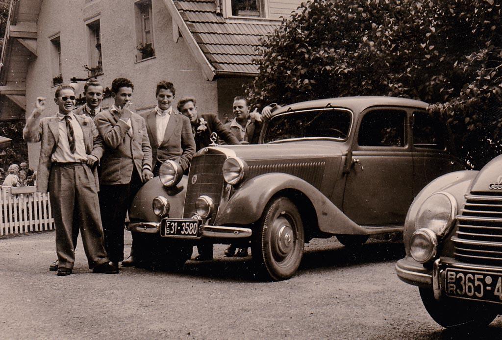 Junge Männer mit Auto vor dem Gasthaus »Schattenmühle«, ca. 1955-1960