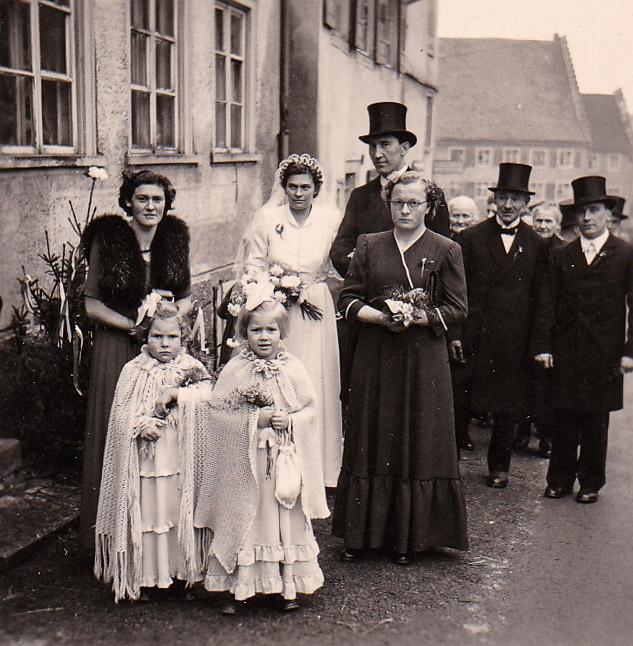 Hochzeitszug von Karl Heiler und Franziska Fritsche in der Oberen Hauptstraße, ca. 1951