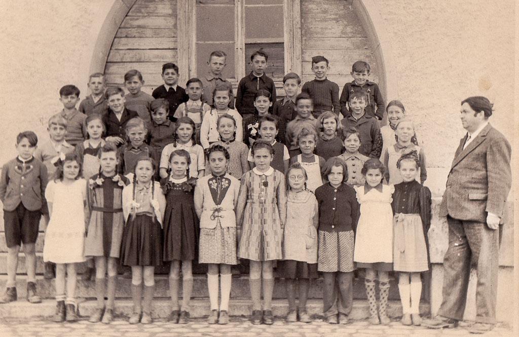 Schulklasse des Geburtsjahrgangs 1937 mit Lehrer Katzenmayer, ca. 1946