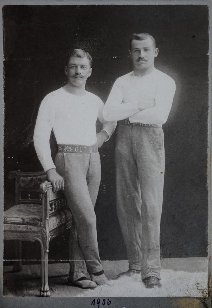 Zwei Turner in Sportkleidung, 1906