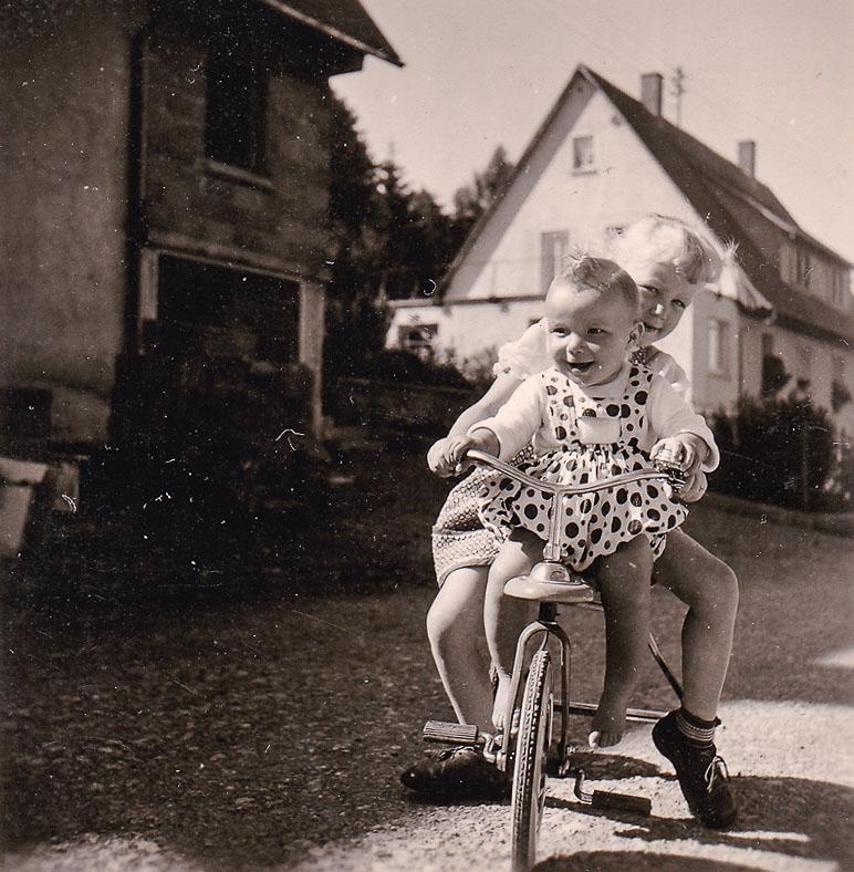 Zwei Kinder auf dem Dreirad in der Haslachstraße, 1958