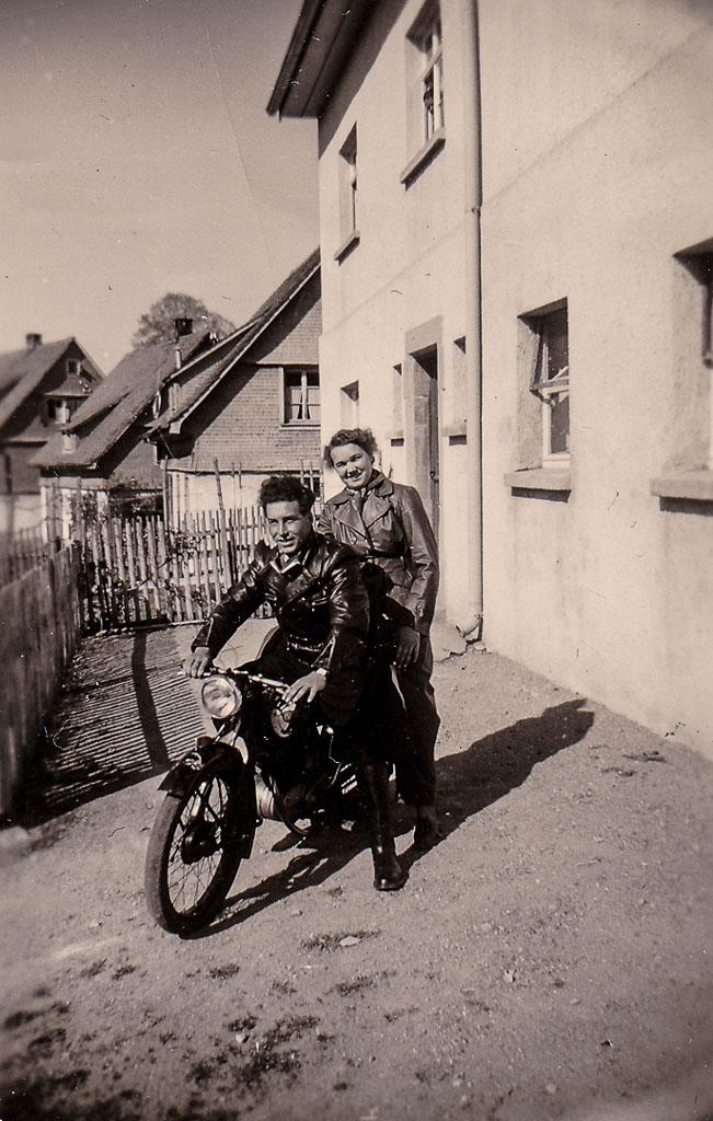 Vor dem Haus Zepf in der Dittishauser Straße, 3. Mai 1953