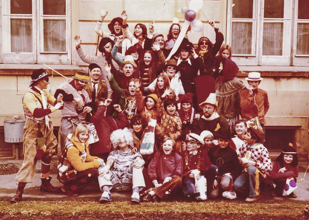 2 Fotos: Lehrer und Schüler vor dem Rathaus, Fasnacht 1974