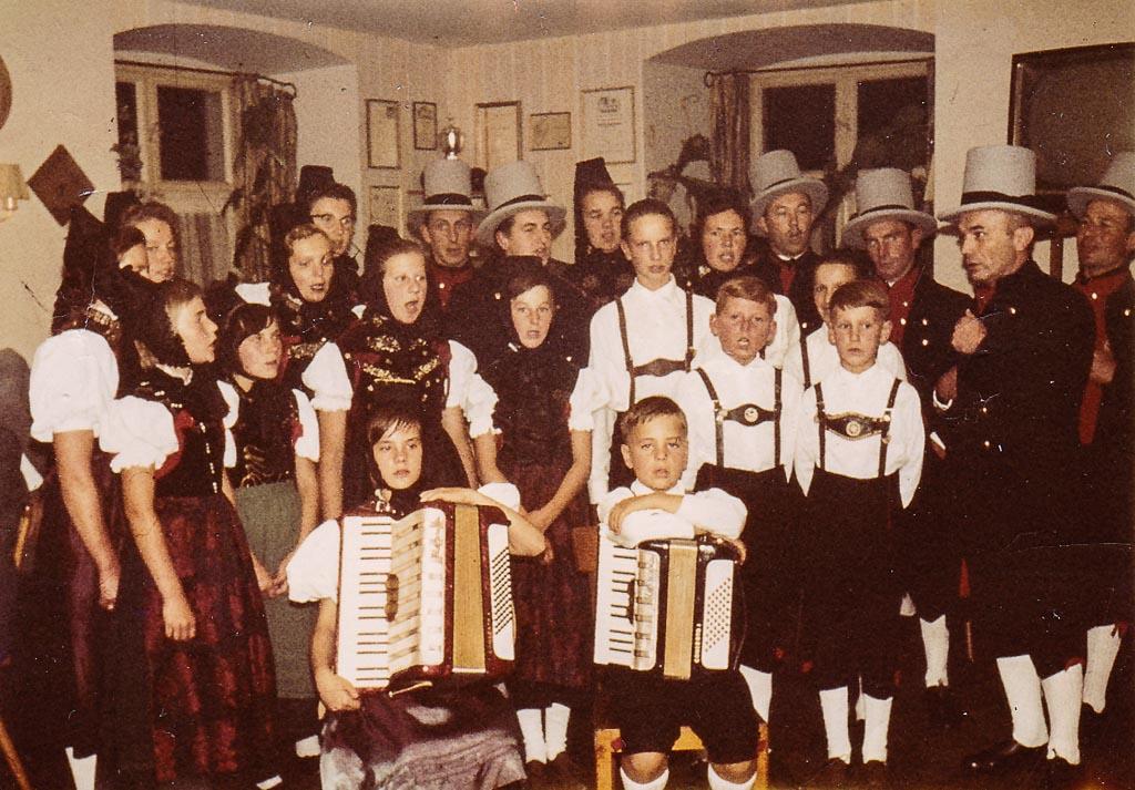 Auftritt der Trachtengruppe im Gasthaus »Linde«, ca. 1965