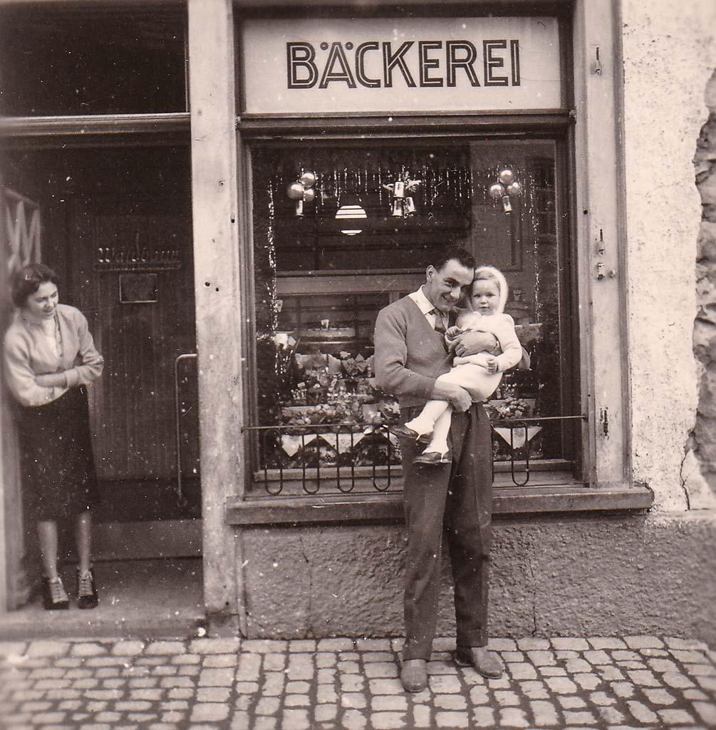 Vor der Bäckerei Zahn in der Kirchstraße, ca. 1956