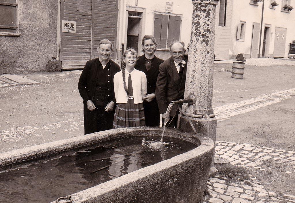 Familie Schlenker am Brunnen in der Kirchstraße, ca. 1955-1960