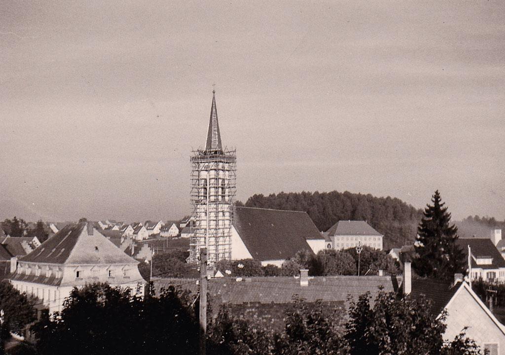 Blick auf das Städtchen und den eingerüsteten Kirchturm, September 1961