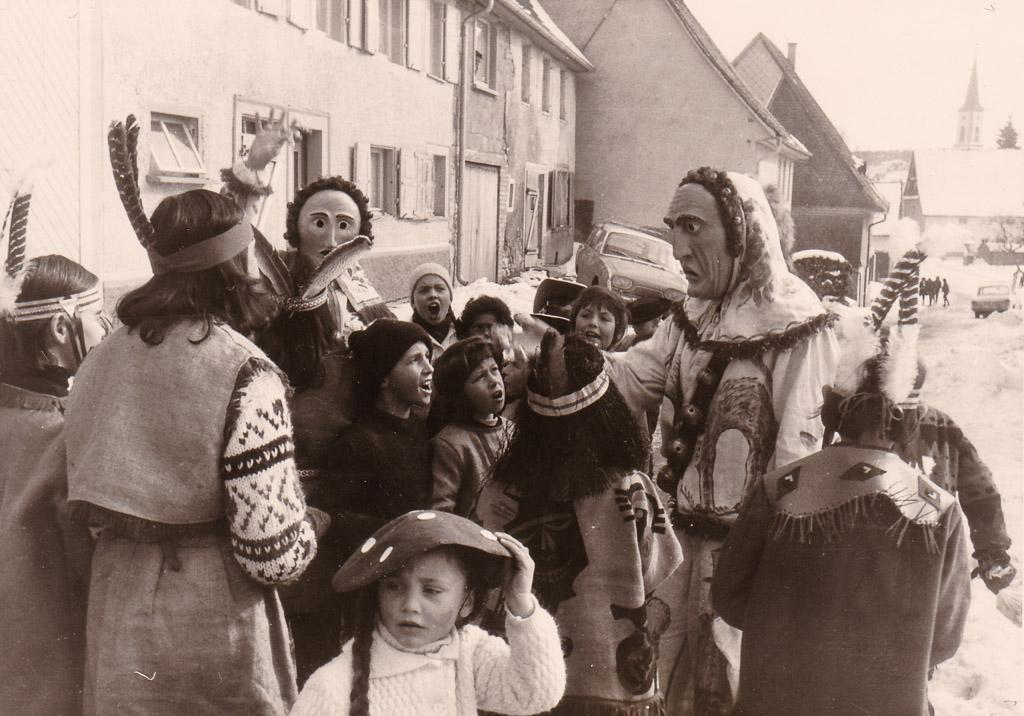 Fasnachtstreiben mit Hansele in der Maienlandstraße, 1967