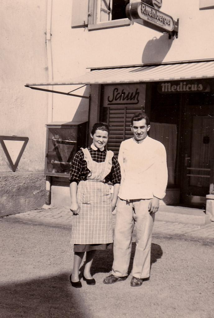 Walter und Ingeborg Fuß vor dem Schuhgeschäft Hasenfratz, ca. 1960