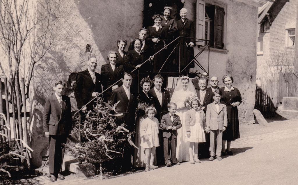 Hochzeitsgesellschaft vor dem Haus Zepf in der Maienlandstraße, 1954