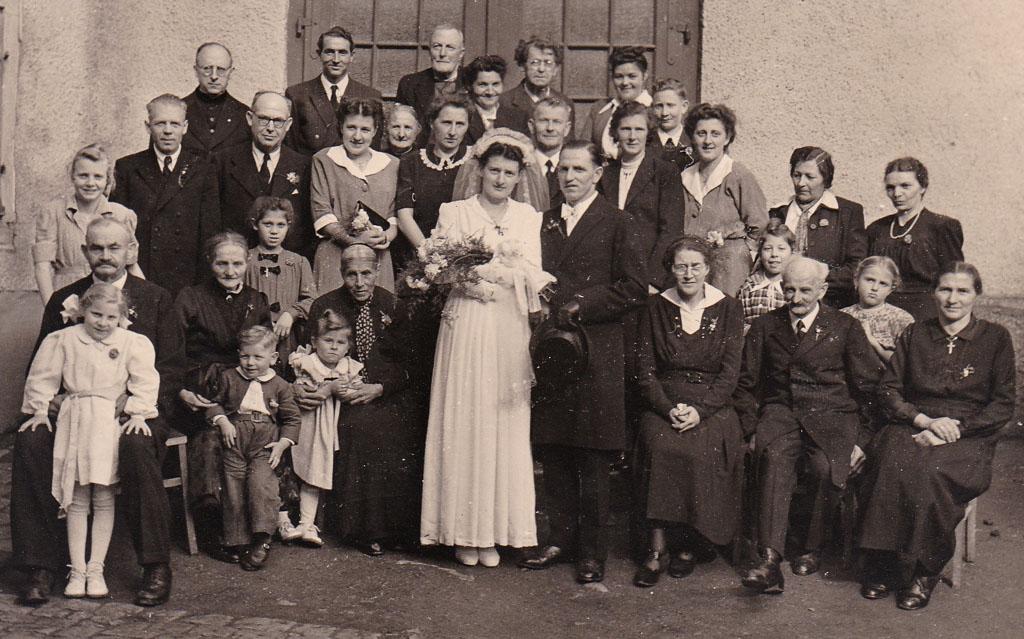 Hochzeitsgesellschaft vor dem »Gebertsaal«, 11. April 1950