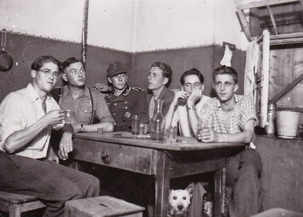 2 Fotos: Franz Rosenstiel auf Heimaturlaub mit Freunden, 1944