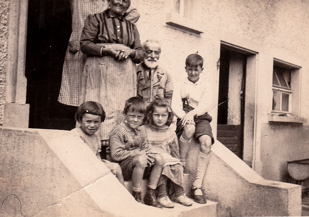 Kinder vor dem Haus Rosenstiel in der Oberen Hauptstraße, ca. 1934