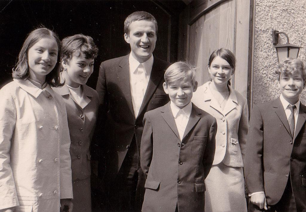 Konfirmanden vor der evangelischen Kirche, März 1968