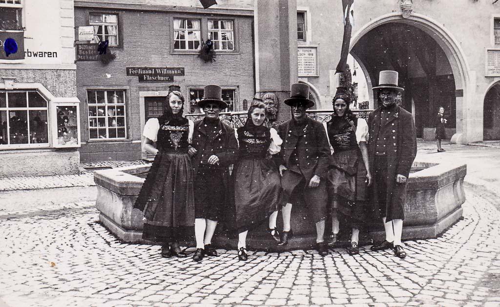 Trachtengruppe am Demetriusbrunnen, 1936