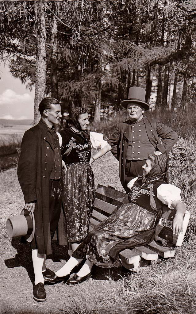 Trachtengruppe auf dem Alenberg, ca. 1950