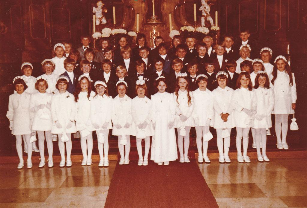 Kommunionkinder des Jahrgangs 1964/65 vor dem Hochaltar, 1974