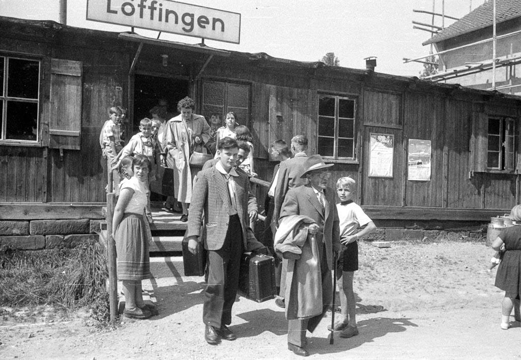 Ankunft von Kurgästen an der Bahnhofsbaracke, 1957