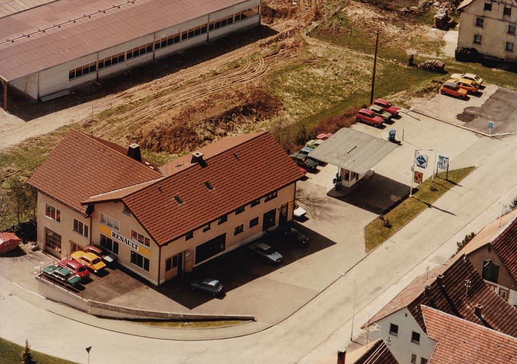 Luftbild vom Autohaus Mayer in der Oberen Hauptstraße, 1983