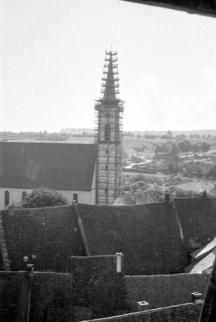 Blick auf den eingerüsteten Kirchturm, 1961