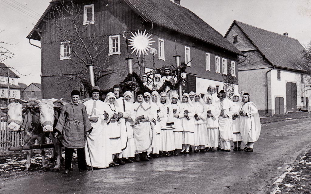 Fasnachtsgruppe Sonnenanbeter in der Oberen Hauptstraße, ca. 1939