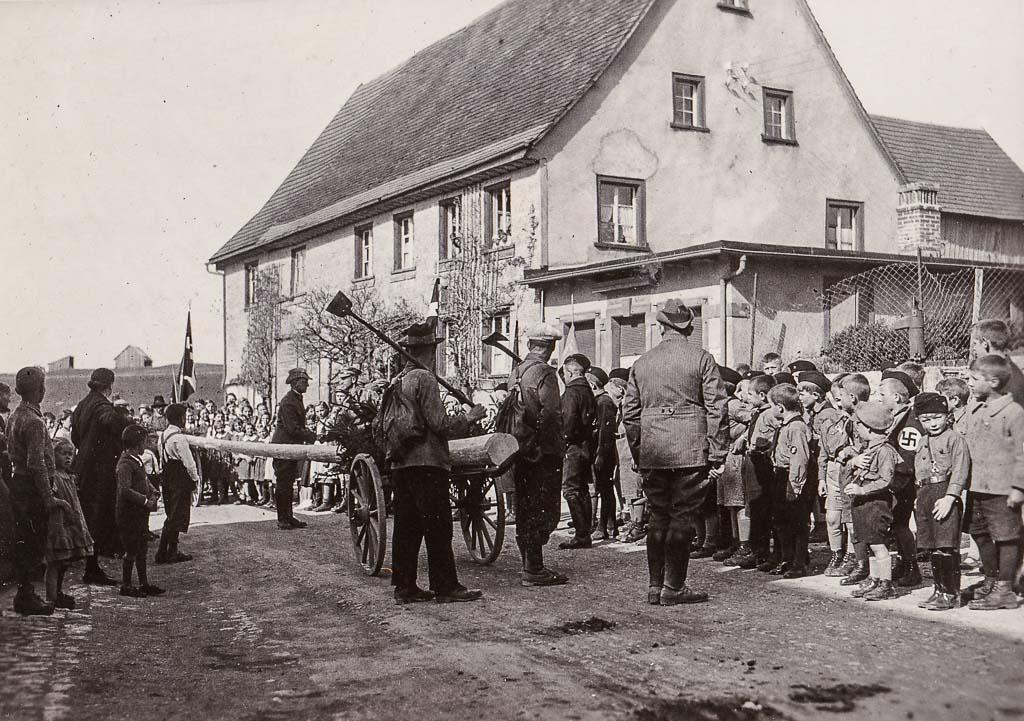 Transport des Maibaums durch die Maienlandstraße, ca. 1935-1940