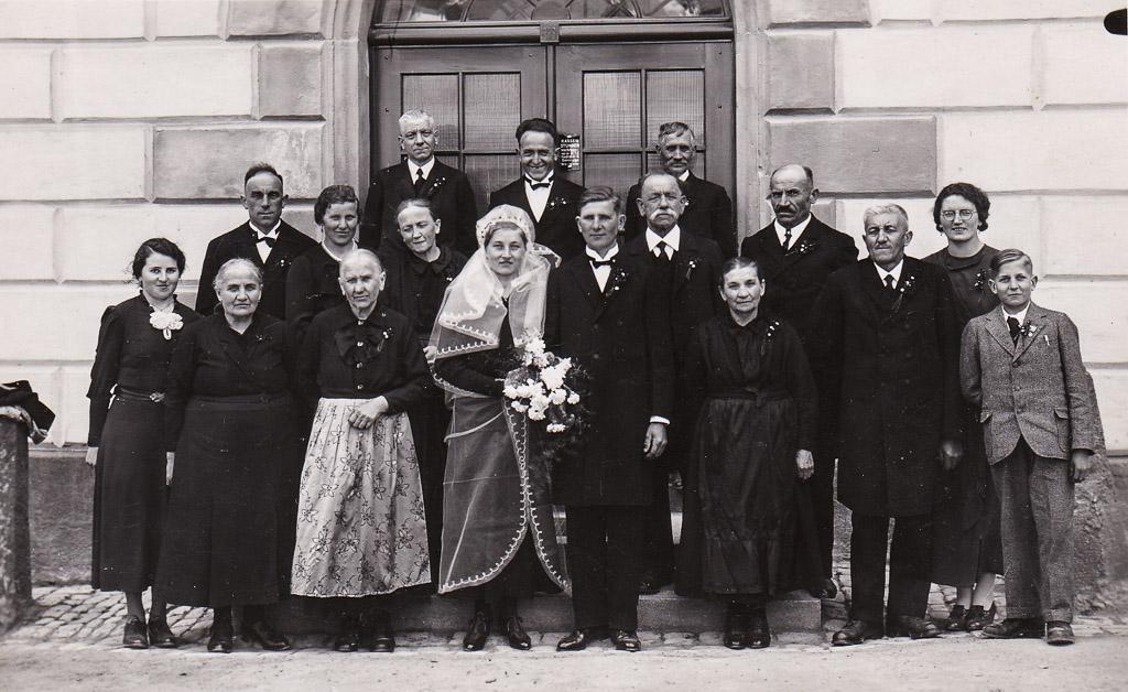 Hochzeitsgesellschaft vor dem Rathaus, ca. 1935-1940