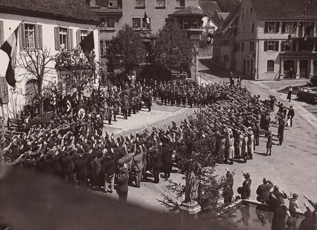 Menschenmenge bei einer NS-Kundgebung auf dem Oberen Rathausplatz, ca. 1935-1940