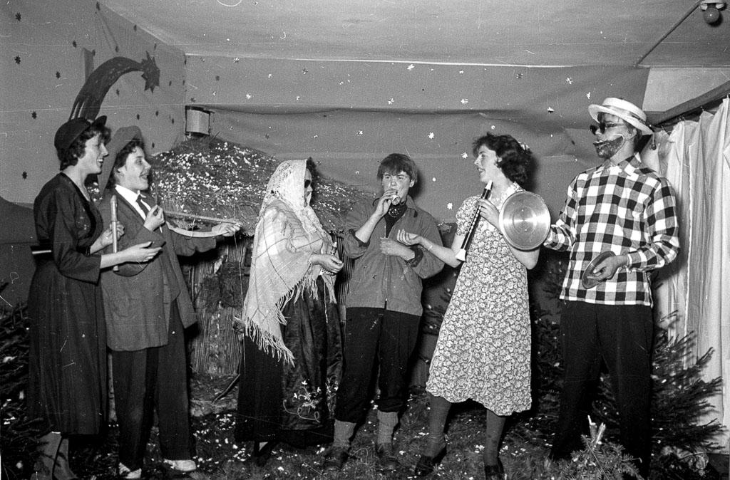 Bühnenprogramm bei der Weihnachtsfeier der Wäschefabrik Prause & Unger, 1957