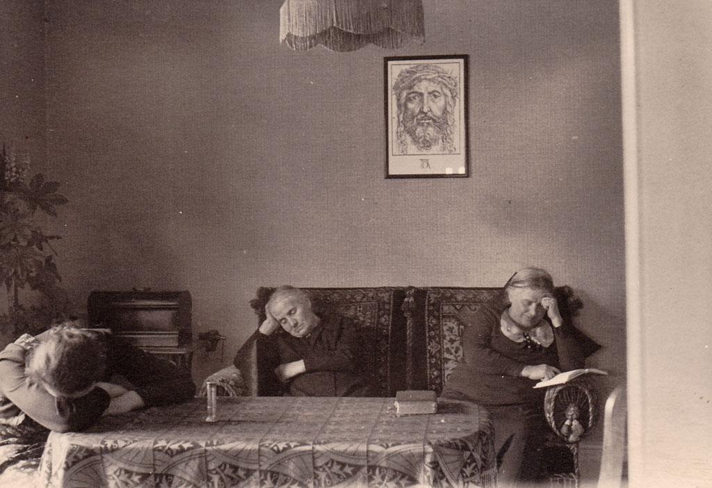 Drei Frauen beim Mittagsschläfchen, ca. 1940