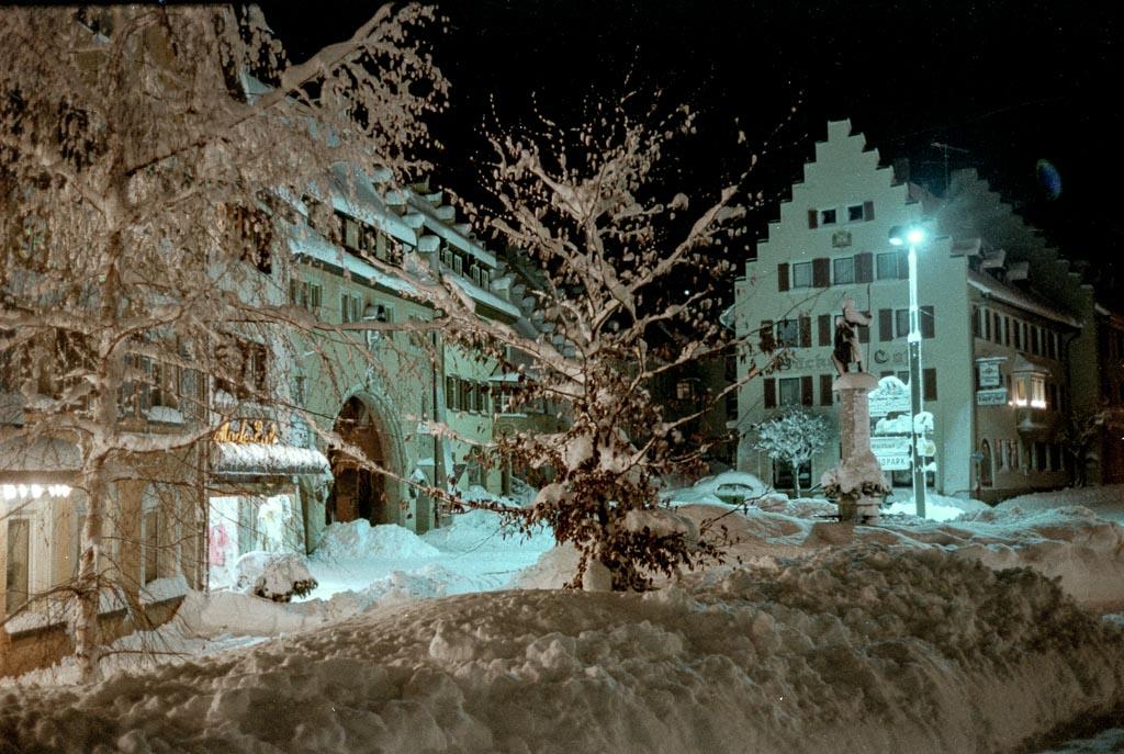 Blick auf den Unteren Rathausplatz mit viel Schnee, ca. 1980