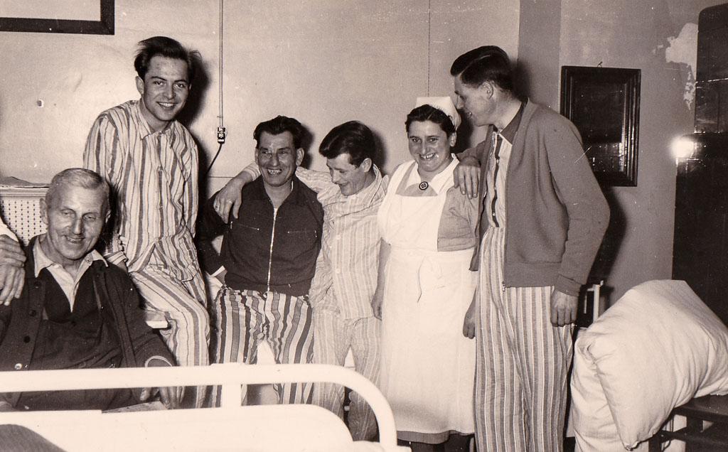 Krankenschwester Gertrud Schmid mit Patienten im Krankenhaus, 1955