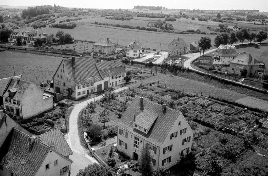 Blick vom Kirchturm auf den Pfarrweg in Richtung Reichberg, ca. 1958-1960