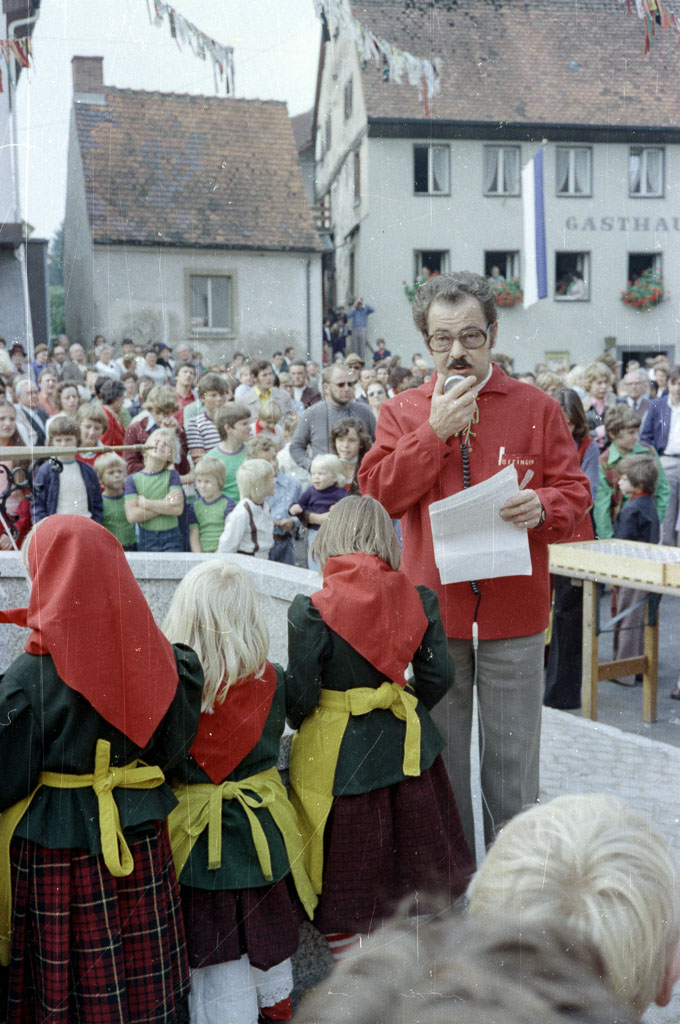 Hermann Geisinger bei der Einweihung des Hexenbrunnens, 21. September 1975