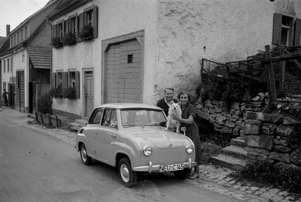 Ehepaar Sperer vor ihrem Haus in der Dittishauser Straße mit Goggo, 1958