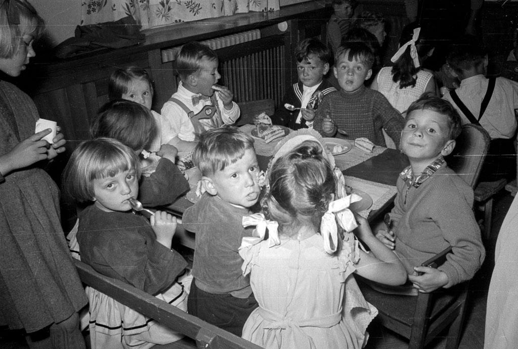 5 Fotos: Kuchenessen im Kindergarten in der Bahnhofstraße, 1956