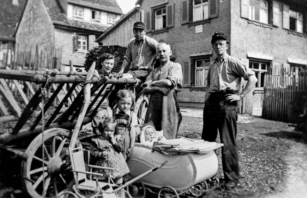 Familien Brugger / Trenkle vor ihrem Haus im Maienland, ca. 1953