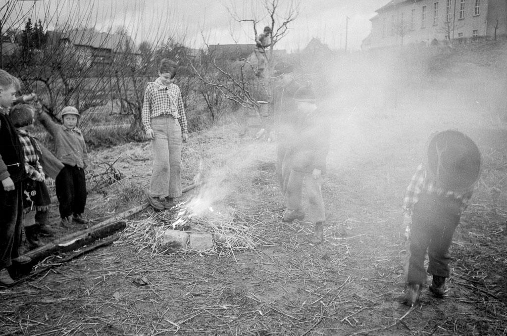 2 Fotos: Kinder an einem Lagerfeuer in der Bittenwiese, 1958