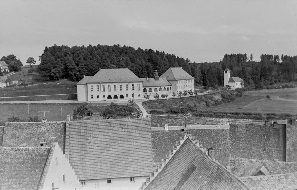Blick vom Rathausturm zur Schule, ca. 1955-1960