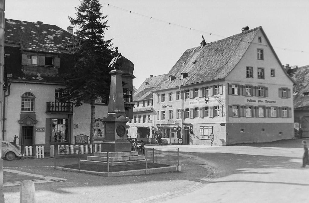 2 Fotos: Unterer Rathausplatz mit Kriegerdenkmal, ca. 1950